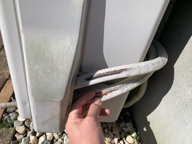 エアコン室外機 銅管 むき出し