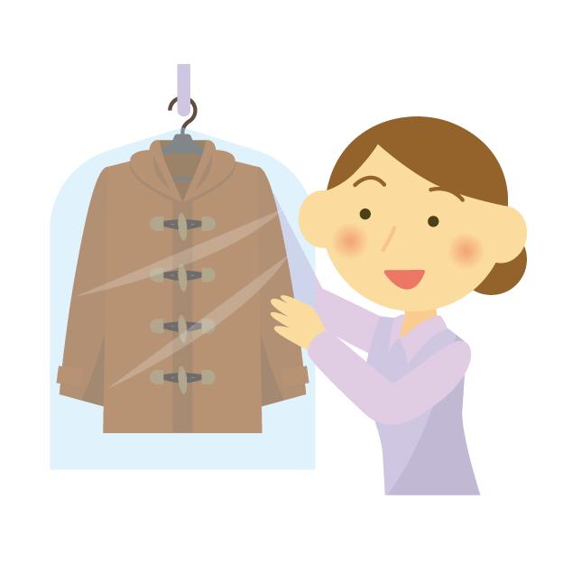 着たコートを収納する女性