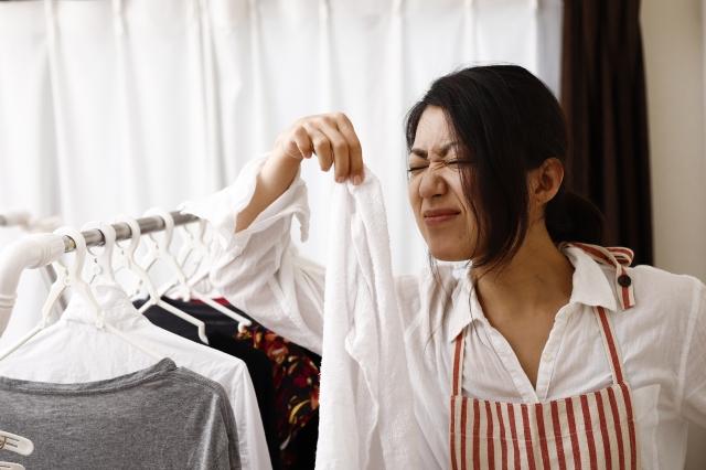 洗濯物のにおいをかぐ女性