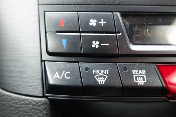 車のエアコンスイッチ