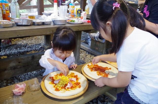 ピザ作りする子供