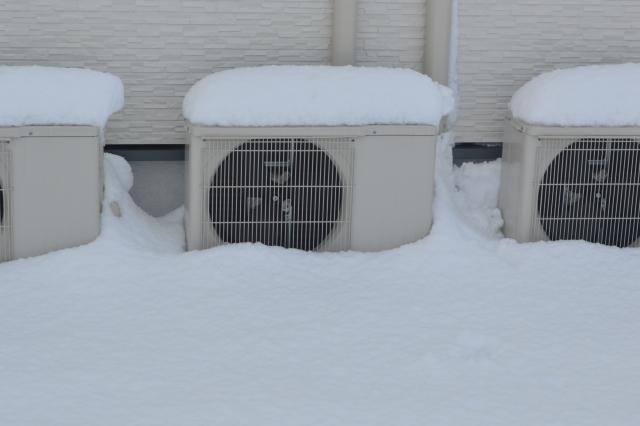 室外機が凍る原因は?お湯かける対処はダメ?エアコン対策まとめ