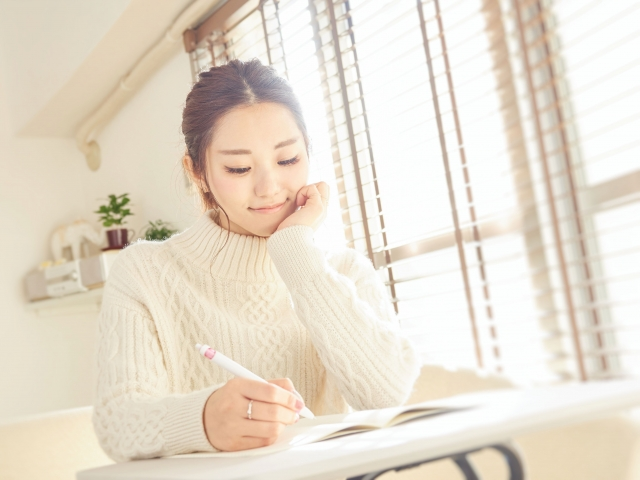 手紙を書く花嫁