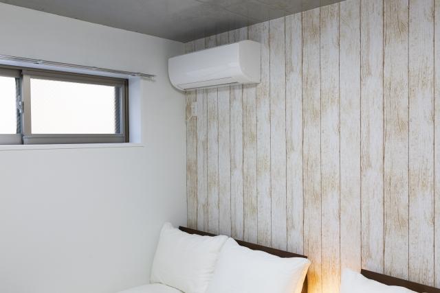 エアコンの真下にベッド設置で体調不良?落下事故やおすすめ配置情報
